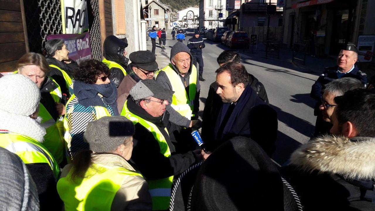 Sébastien Lecornu lors de sa rencontre avec les «gilets jaunes» ce jeudi à Argentière la Bessée.