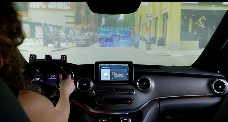 Une fois dans le véhicule, le conducteur peut commander au système de Nuance la fermeture des portes ou le réglage du chauffage par la voix : « Ferme les portes », « J'ai froid ».