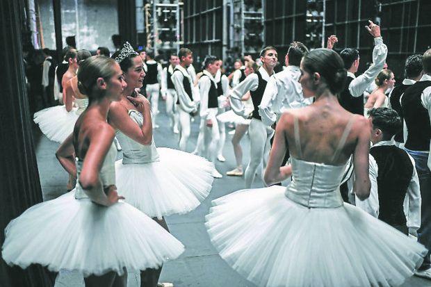 Danseurs de l'Opéra de Paris avant l'ouverture du Gala annuel du Palais Garnier le 27 septembre 2018
