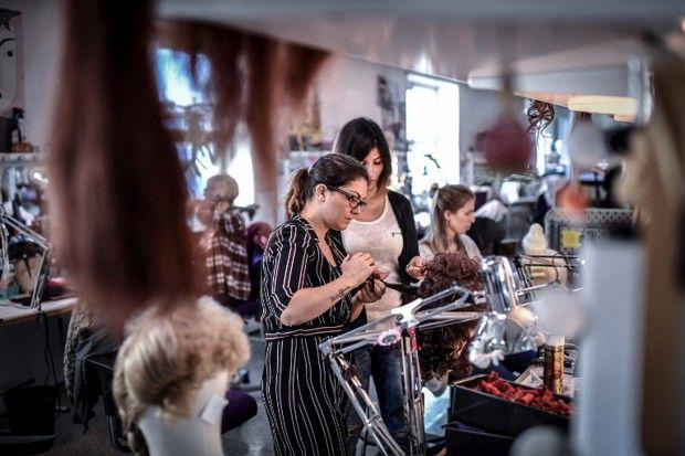 Atelier des perruquiers de l'Opéra Bastille. Créée en 2015, l'académie de l'Opéra de Paris accueille quarante apprentis chaque année pour les former à tous les arts liés à l'opéra (chant, danse, costumes, perruques, tapisserie, etc.)