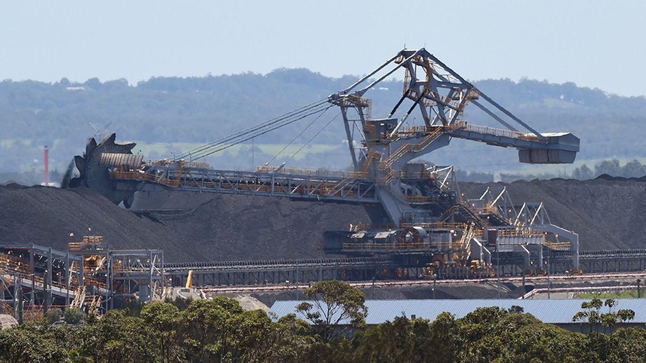 Des opérations de chargement de charbon au Port de Newcastle. Le charbon est l'une des toutes premières activités exportatrice du pays.