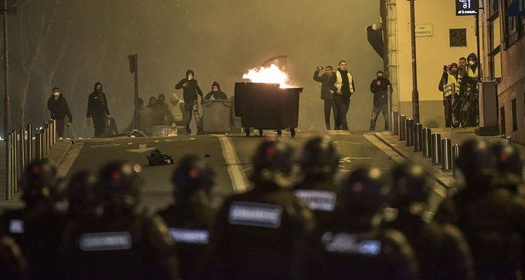Face à face entre la gendarmerie et des manifestants à Pau le 12janvier.