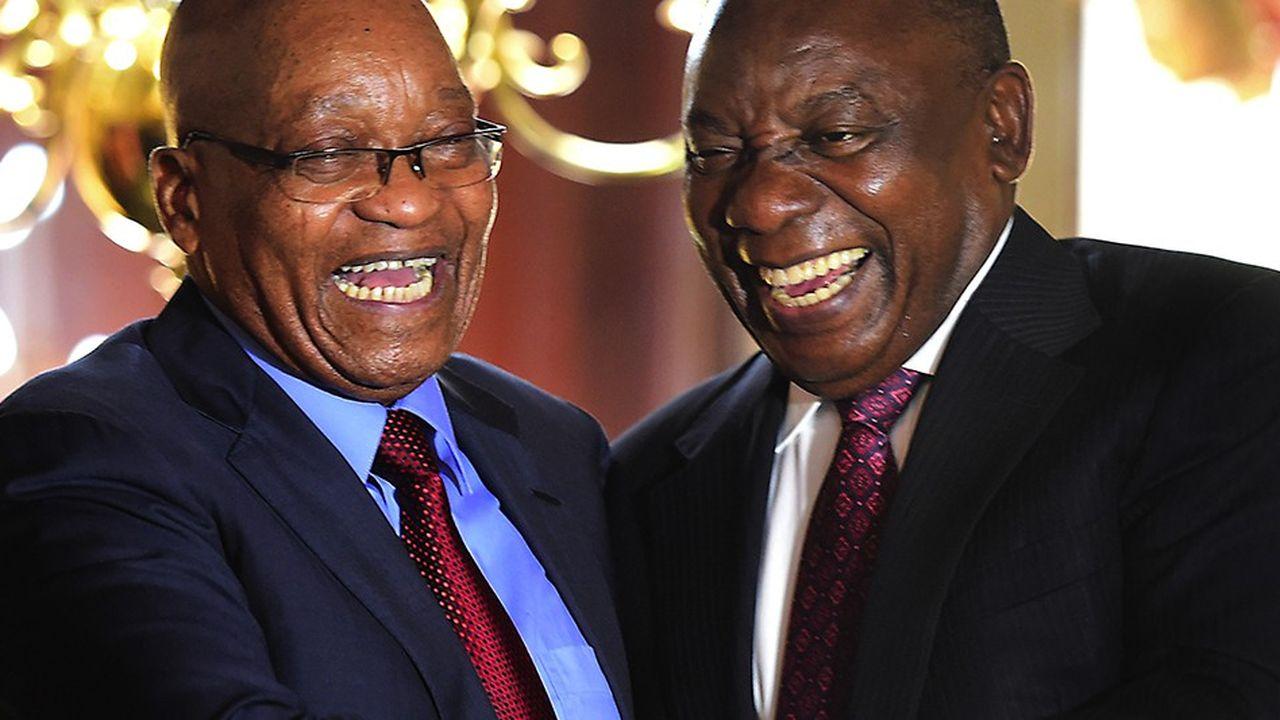 Jacob Zuma - ici à gauche de Cyril Ramaphosa - est toujours considéré comme un facteur unificateur au sein du parti historique sud-africain malgré sa destitution et les scandales de corruption qui le visent.