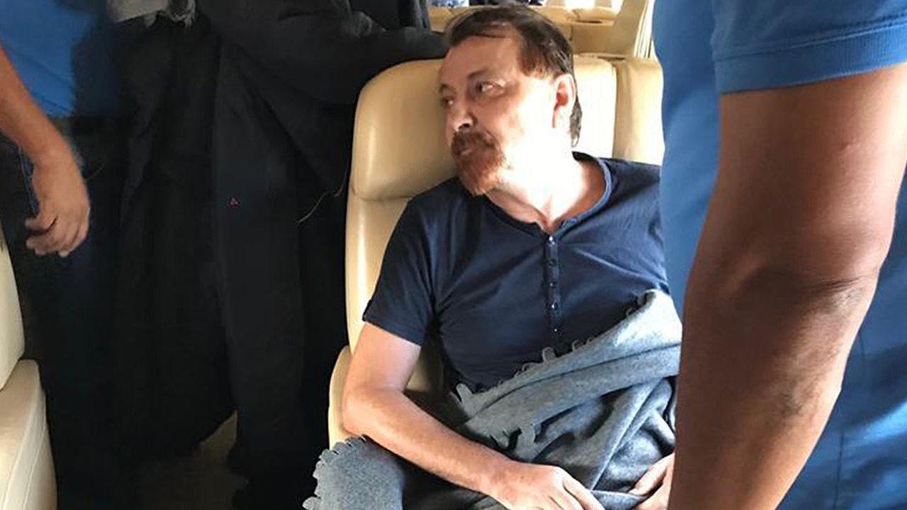 Cesare Battisti, extradé du Brésil, dans l'avion qui le ramène en Italie où il a été condamné par contumace à la perpétuité.