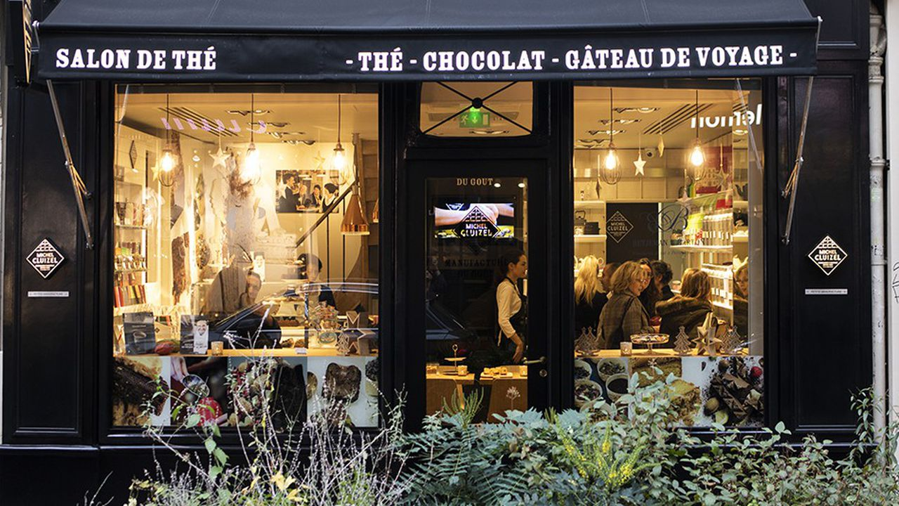 A La Petite Manufacture Cluizel, rue des Rosiers à Paris, où sont vendus les chocolats de la maison, le client trouve aussi un espace salon de thé avec une sélection des produits Betjeman & Barton et des gâteaux de voyage signés par Philippe Conticini.