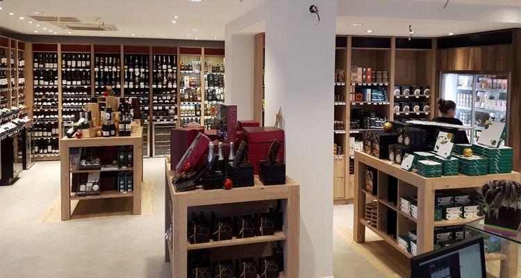 Ouvert à Vichy, le premier magasin Savour Histoires de Gourmet associe l'offre de marques bien distinctes: le caviste Nicolas, le spécialiste de l'épicerie fine Comtesse du Barry et le chocolatier De Neuville.