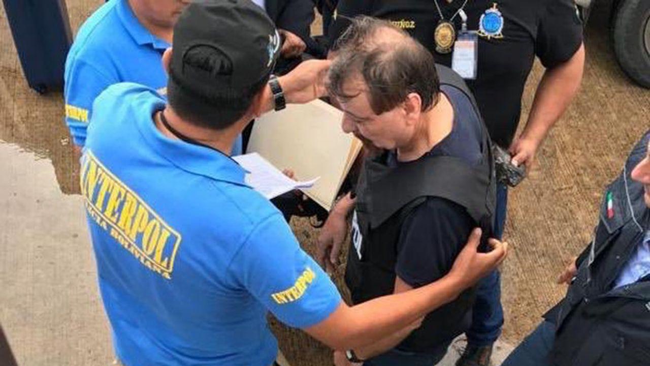 Cesare Battisti, arrêté en Bolivie après une cavale de près de quarante ans, est escorté par des policiers d'Interpol pour monter à bord d'un avion qui l'a ramené lundi en Italie afin d'y purger une peine de prison à vie pour assassinats.