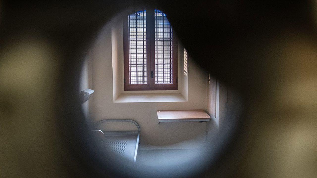 La rénovation de la prison de la Santé, qui a duré quatre ans, entend répondre aux conditions modernes d'incarcération.Agrandies, les cellules seront plus lumineuses : les fenêtres, très hautes, ont été descendues à hauteur d'homme. Téléphone, plaque à induction et coffre ont été installés.