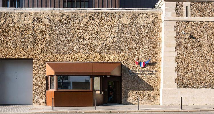 Les hauts murs de meulière vieux de plus de cent cinquante ans abritent la prison de la Santé dans le XIVè arrondissement de Paris