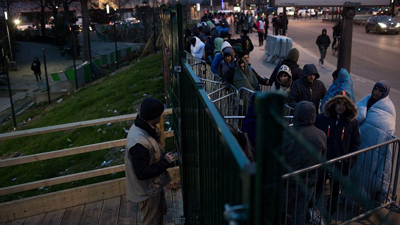 Les migrants sont nombreux à faire la queue à l'entrée du centre humanitaire Paris Nord, Porte de la Chapelle.