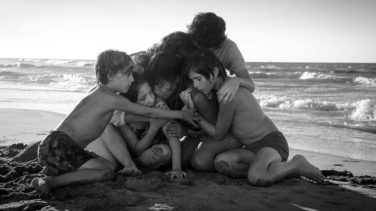«Roma» retrace la chronique de la vie d'une famille de la bourgeoisie mexicaine au début des années 70, à travers le regard de l'employée de la maison