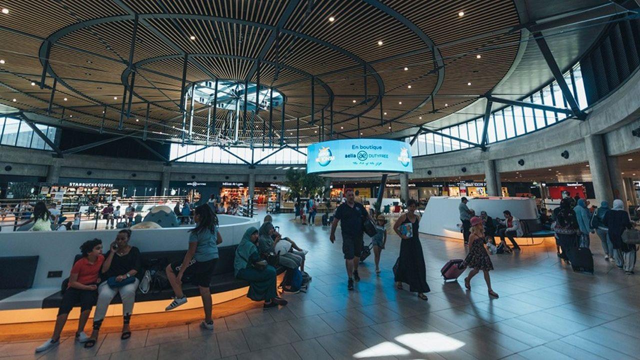 Vinci Airports, concessionnaire des aéroports lyonnais depuis 2016, prévoit d'améliorer l'accès routier, d'aménager une aire de dégivrage, ainsi qu'un parking spécifique pour les Airbus A 380.