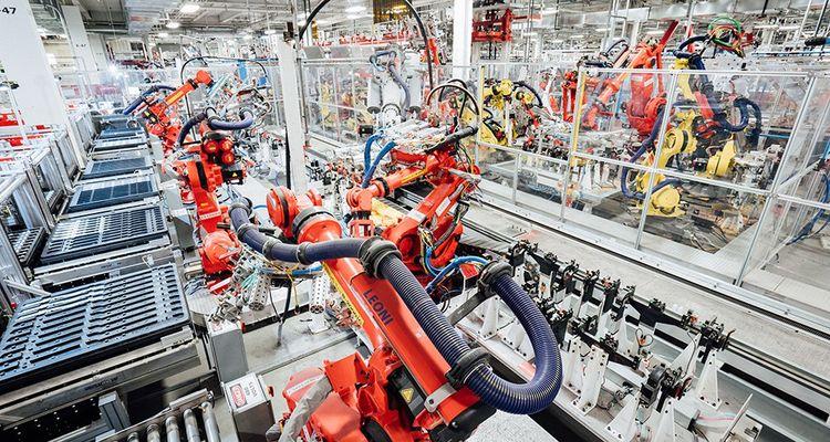 Certaines lignes, comme l'assemblage de modules, sont largement automatisées.