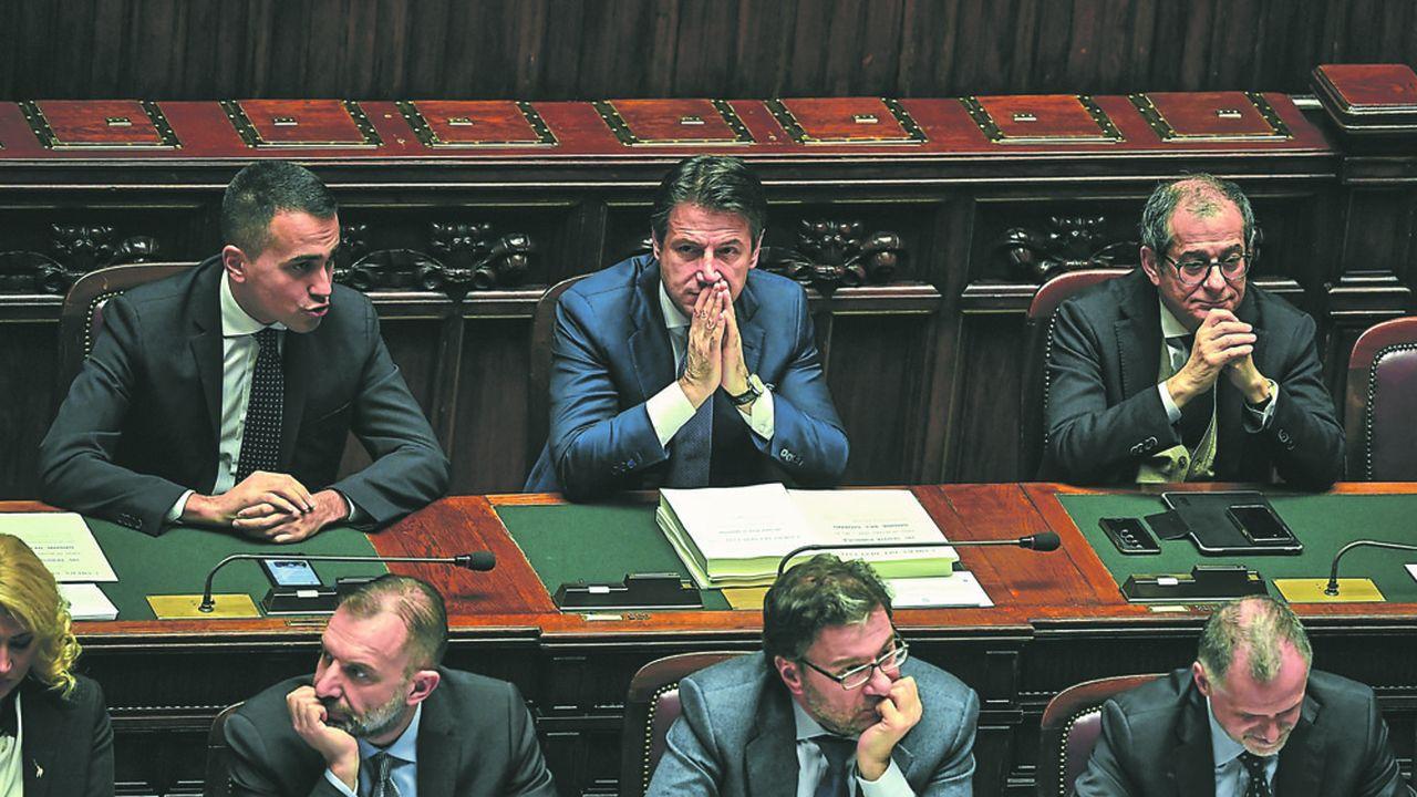 Le président du Conseil Giuseppe Conte entouré par son vice-président Luigi di Maio et son ministre de l'économie Giovanni Tria