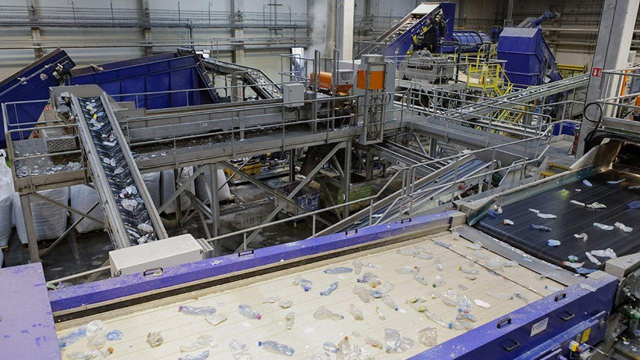 Etat et représentants du recyclage ont signé ce vendredi le contrat de la filière à Limay (Yvelines), chez France Plastiques Recycclage, deuxième plusgrande usine de France pour le recyclage des bouteilles alimentaires en plastique incolore. L'usine est codétenue par Suez et Paprec.
