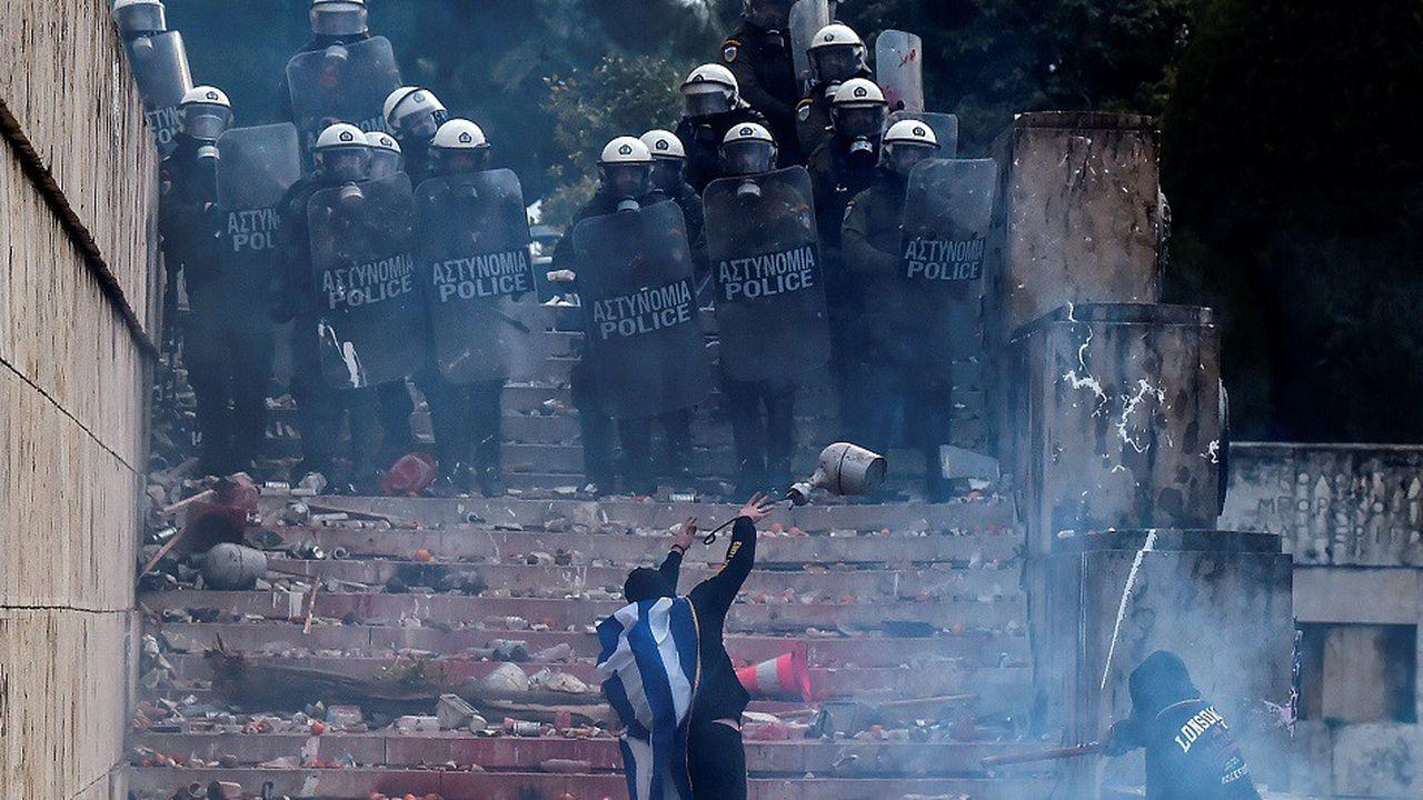 Selon le gouvernement, les policiers ont été attaqués par des casseurs armés de morceaux de bois et de matraques.