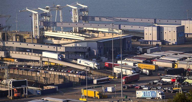 Quelque 10.000 poids lourds passent par Douvres chaque jour, et un allongement des formalités provoquerait un bouchon de 27 kilomètres.
