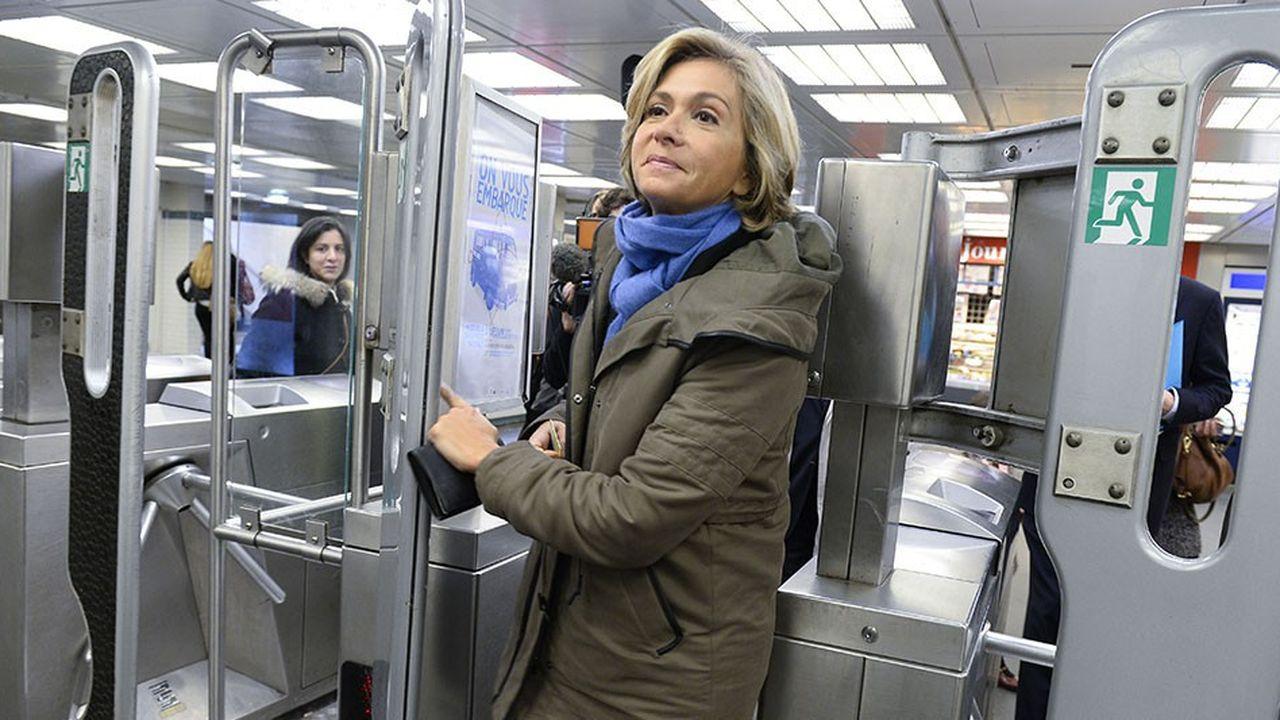 Valérie Pecresse, candidate LR Les Republicains pour les élections régionales 2015 en IDF, passant un péage de métro a la Gare Saint Lazare