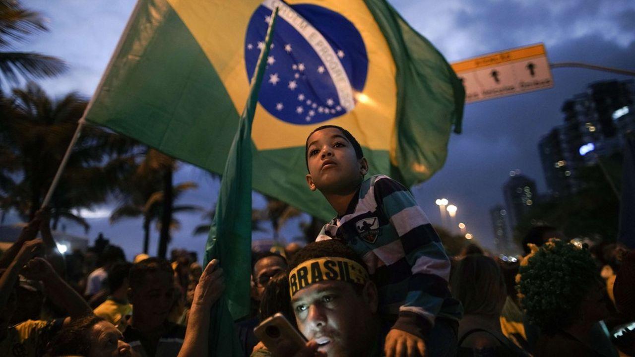 Des partisans de Jair Bolsonaro attendent son discours de victoire, en octobre dernier.