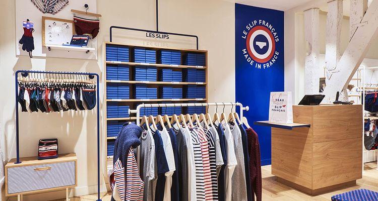 Les magasins du Slip français, réalisés par l'agence Market Value, affichent clairement la couleur, dedans comme dehors, en jouant autour du bleu blanc rouge et en affichant en grand la notion de made in France.