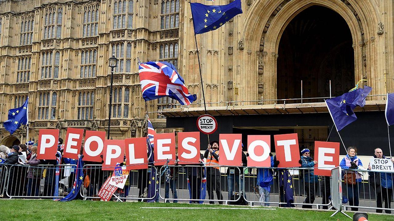 Installés en face de Westminster, des Britanniques favorables au maintien du Royaume-Uni dans l'Union européenne appellent à un nouveau référendum.