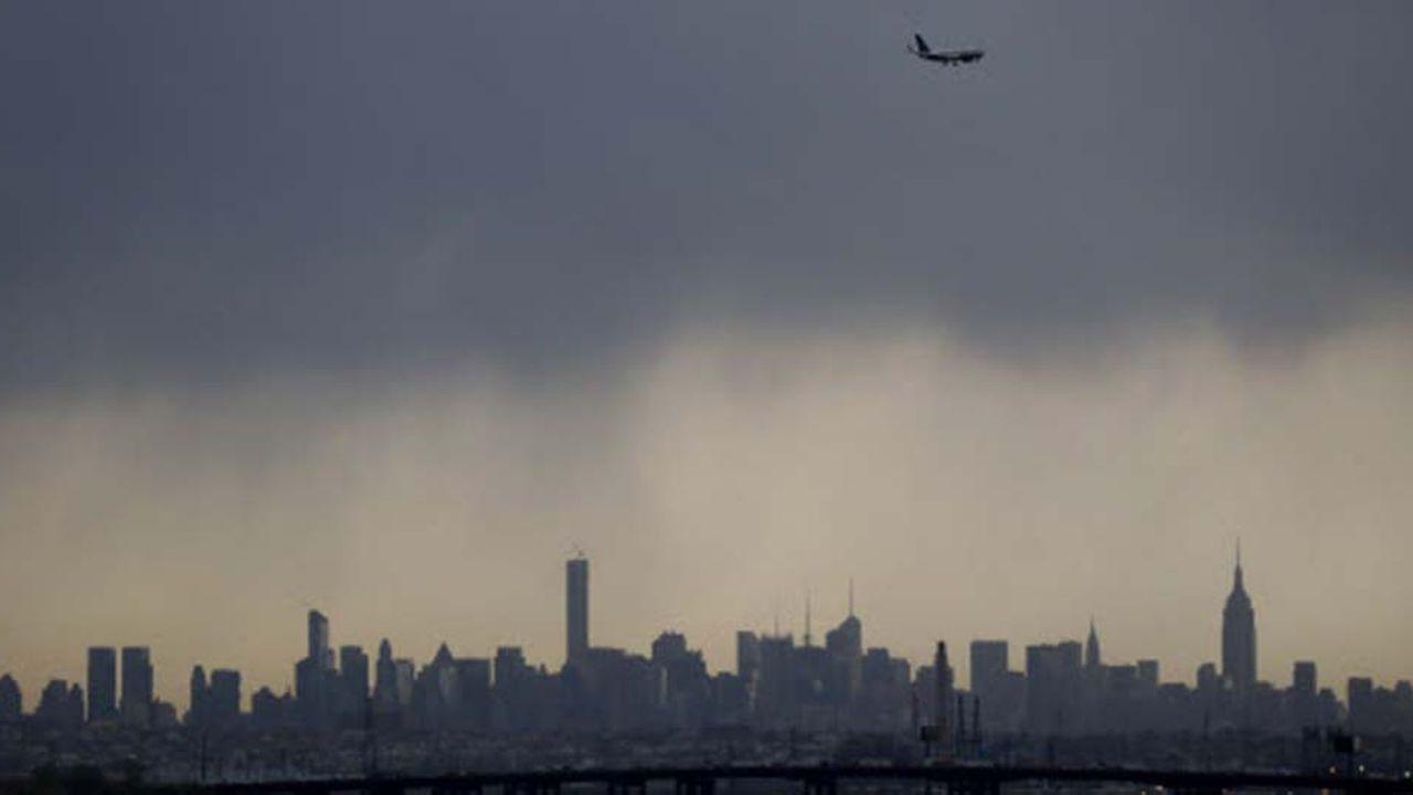 Les vols à destination deNewark Liberty International Airport ont été suspendus mardi «pour une courte durée» et les atterrissages ont repris 45 minutes plus tard environ.