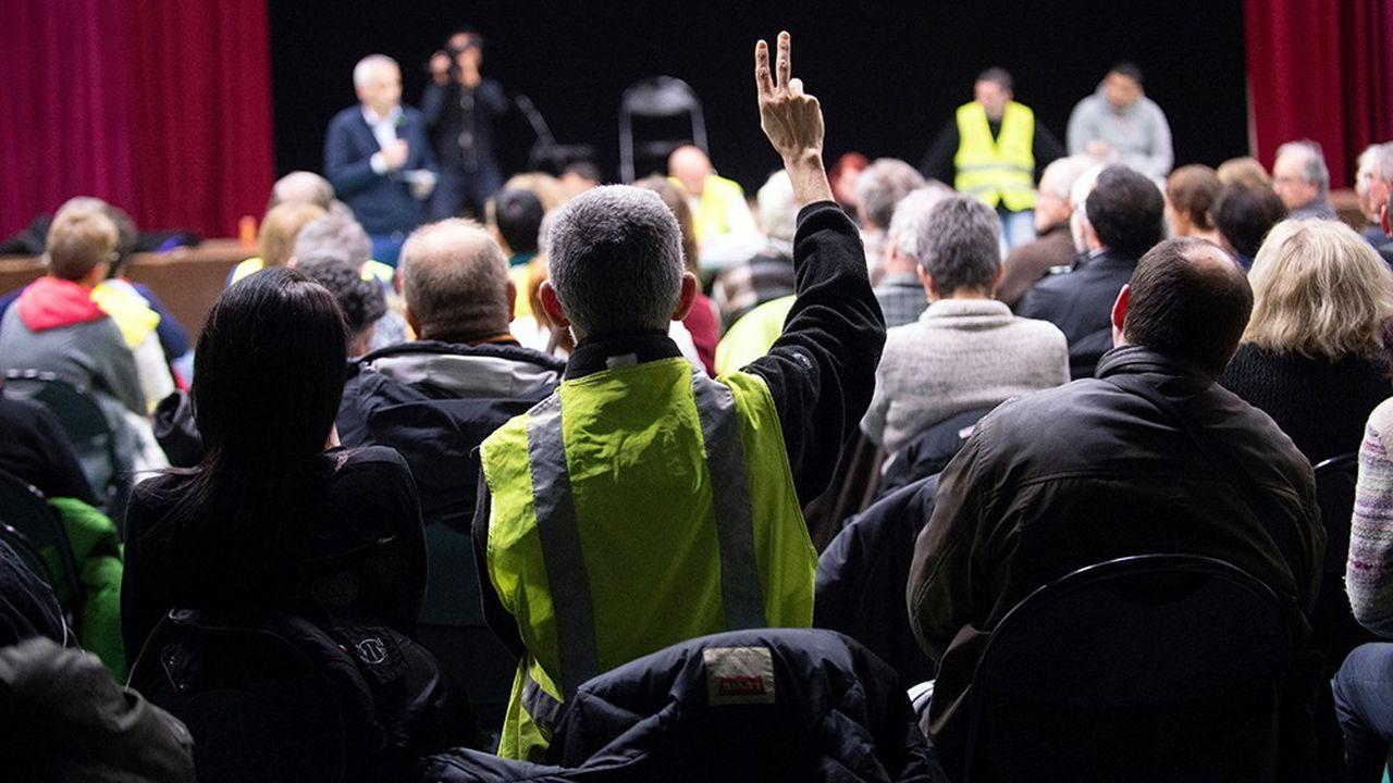 Les partis politiques installés ont officiellement réservé un accueil bienveillant à la liste de « Gilets jaunes » constituée en vue des élections européennes tout en appelant ces nouveaux venus à clarifier leurs positions, susceptibles de faire de l'ombre au Rassemblement national et à Nicolas Dupont-Aignan.