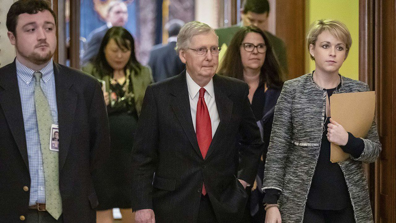 Le leader de la majorité au Sénat américain Mitch McConnell, quitte le Sénat après que les sénateurs démocrates ont rejeté la demande du président Donald Trump.