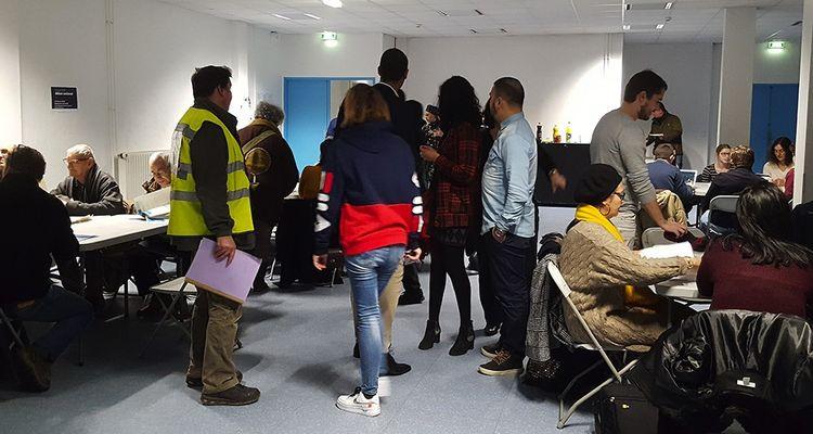 Une centaine de personnes a fait le déplacement pour le débat organisé jeudi soir à Rouen. La moyenne d'âge est plutôt âgée, mais plusieurs jeunes sont aussi de la partie.
