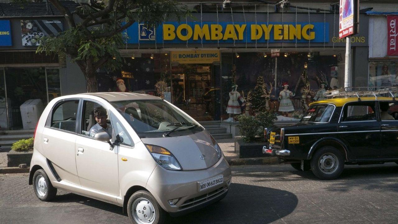 Ratan Tata, le patriarche à l'époque à la tête du conglomérat familial Tata, était persuadé que les classes moyennes modestes allaient, avec ce modèle, troquer leur moto pour la voiture