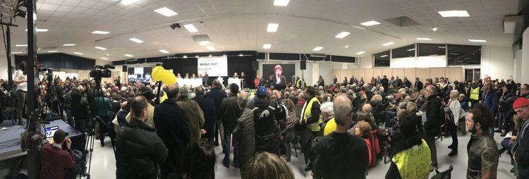 Plus de 300 personnes sont présentes au début du débat à Pau. Plus tard dans la soirée, ils seront au moins 500. A près de minuit, encore 150.