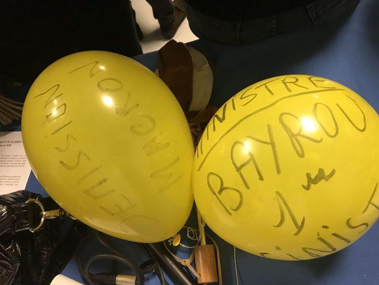 « Macron démission » et « Bayrou Premier sinistre », a griffonné quelqu'un sur des ballons jaunes.