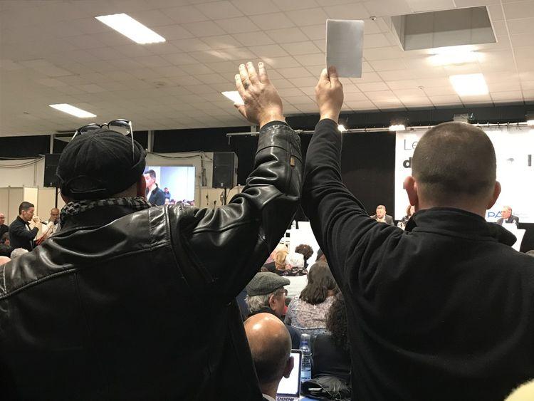 Une forêt de mains se lèvent pour demander la parole. Les éclats de voix montent pour se disputer la première intervention. Certains garderont la main au ciel une heure durant.