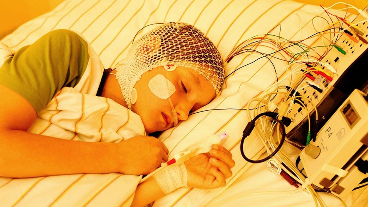 Examen du sommeil sur un enfant. Une étude récente a montré à quel point le cerveau endormi restait attentif à son environnement.