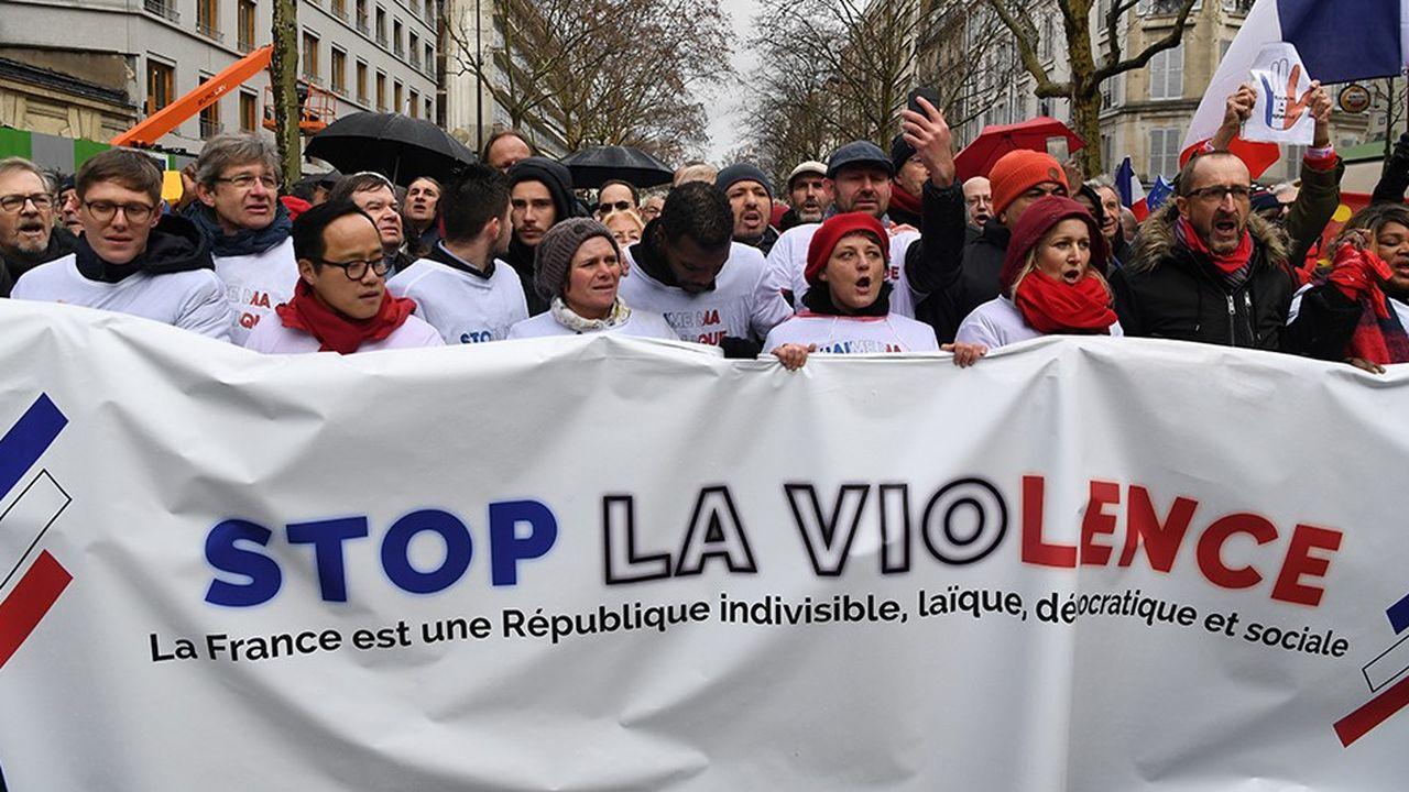 Les «foulards rouges» ont attiré 10.500 manifestants dimanche et se sont retrouvés face à quelques «gilets jaunes» place de la Bastille