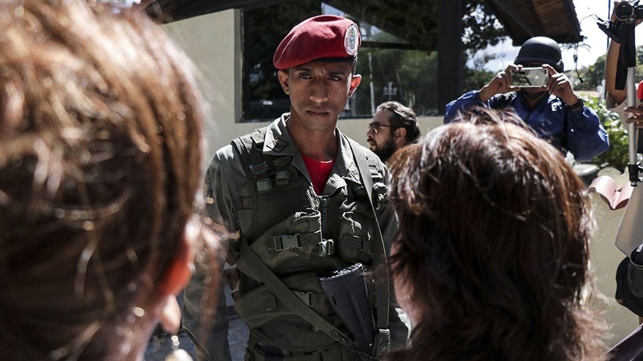 L'armée est éclatée entre les officiers supérieurs qui sont à l'abri des pénuries et soutiennent Nicolás Maduro et les soldats qui se sentent plus proches de la population, elle-même derrière Juan Guaido.