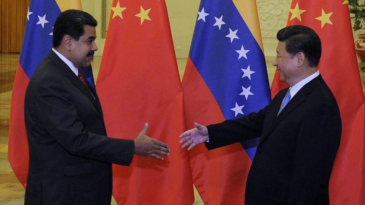 Le président chinois Xi Jinping se prépare à serrer la main au camarade-président du Venezuela Nicolás Maduro lors d'une rencontre au Palais de l'Assemblée du Peuple à Pékin le 1erseptembre 2015. Plus de trois ans après, Pékin s'inquiète des interférences américaines dans la république bolivarienne.