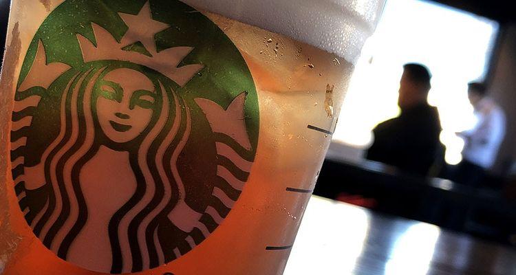 Après le scandale des clients noirs arrêtés sans motif à la demande du patron d'un café Starbucks, l'enseigne a réagi en ordonnant un jour de fermeture de tous ses restaurants. La journée a été mise à profit pour sensibiliser et former la totalité des salariés à la diversité.