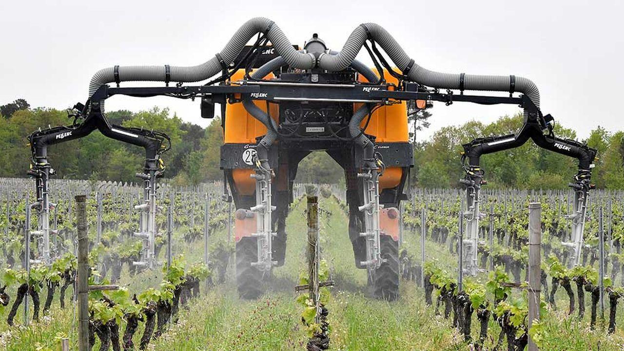Un véhicule d'épandage répand un traitement phytosanitaire pour protéger la vigne du mildiou, un champignon contre lequel il n'existe, pour le moment, pratiquement aucune alternative non chimique.