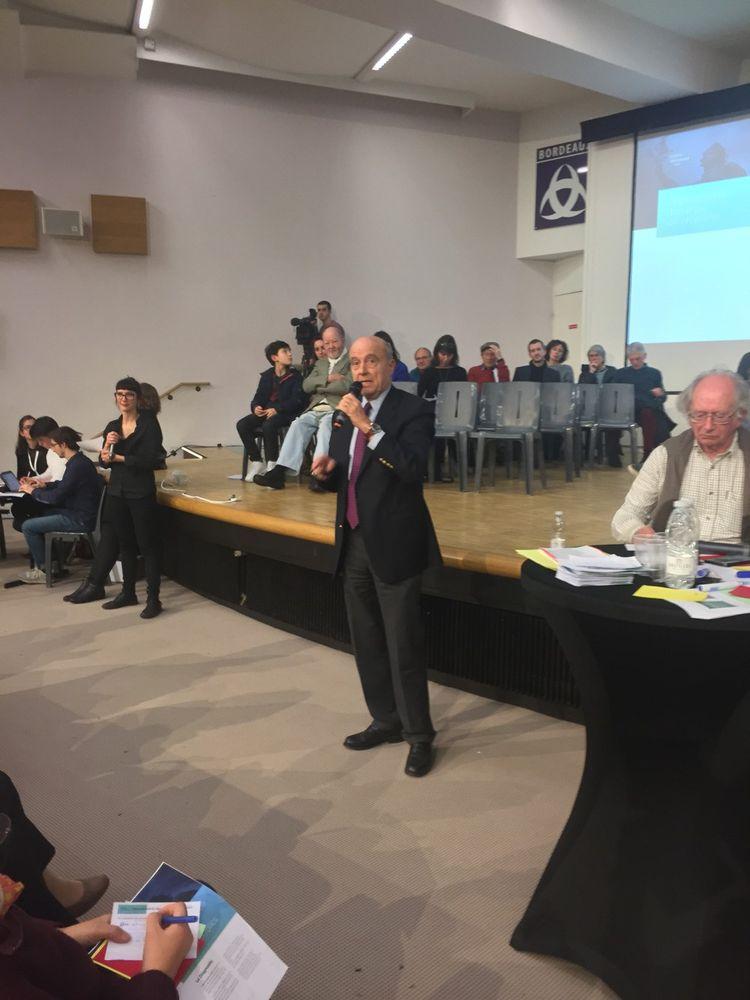 «Exprimez ce que vous avez dans la tête ou dans le coeur», invite Alain Juppé, en lançant le débat.