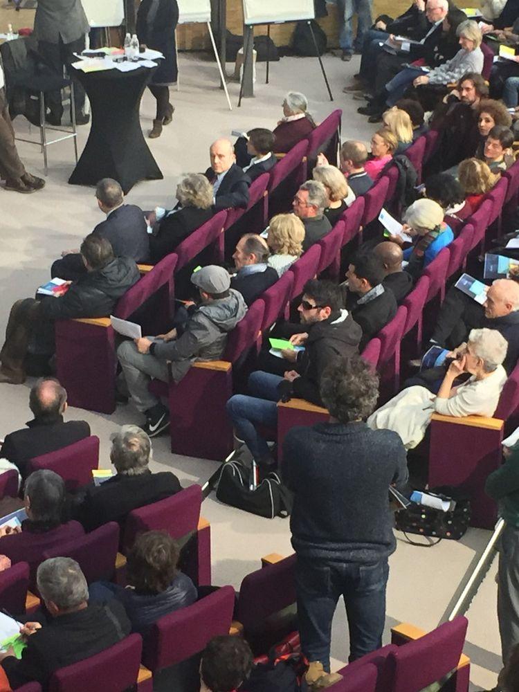 Alain Juppé, installé au premier rang, est resté attentif et silencieux. Sauf lorsqu'un jeune homme a réclamé que la France retrouve son autonomie monétaire. Là il a brandi son carton rouge: «Après tout moi aussi je suis un citoyen.»