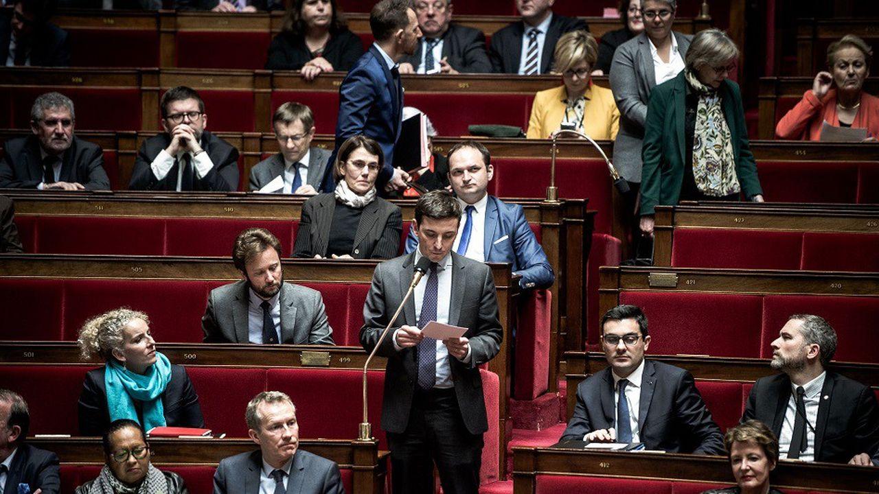 Le député du Val d'Oise Aurélien Taché (debout, au micro) attend de sérieuses modifications avant de voter en faveur du texte