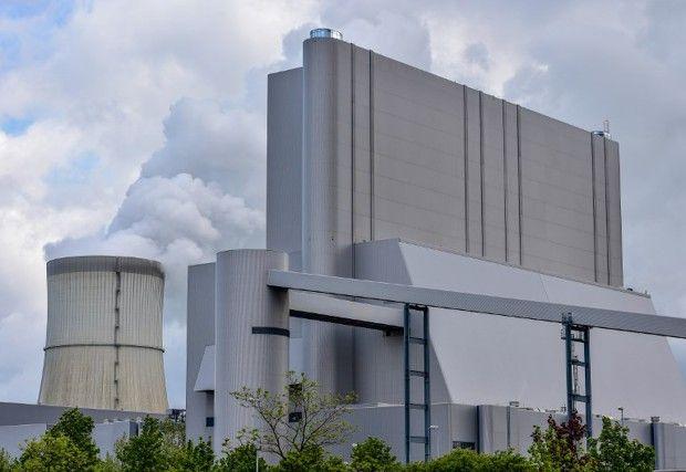 La «Schwarze Pumpe», énorme centrale électrique du tchèque EPH, dont les cheminées dégagent en permanence de géantes volutes blanches dans le ciel des environs.
