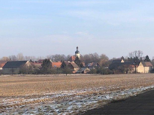 Pödelwitz, dominé par une église romane du XVesiècle, dont l'orgue fonctionne encore, recèle 20millions de tonnes de charbon dans son sous-sol.