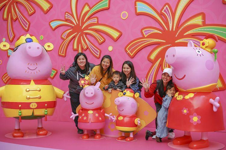 Peppa Pig accueille les clients dans un centre commercial à Hong Kong.