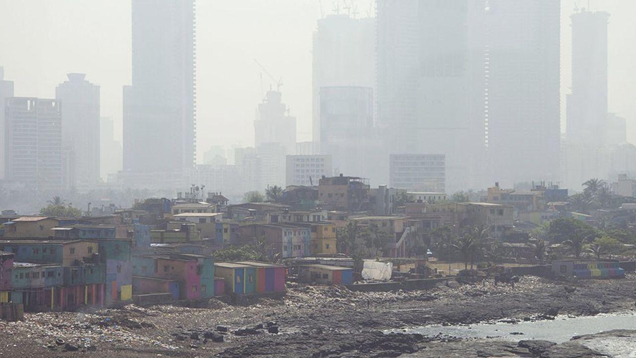 Les bidonvilles comme ici à Bombay, à quelques centaines de mètres parfois de quartiers huppés, illustrent les contrastes vertigineux entre niveaux de vie dans le monde.
