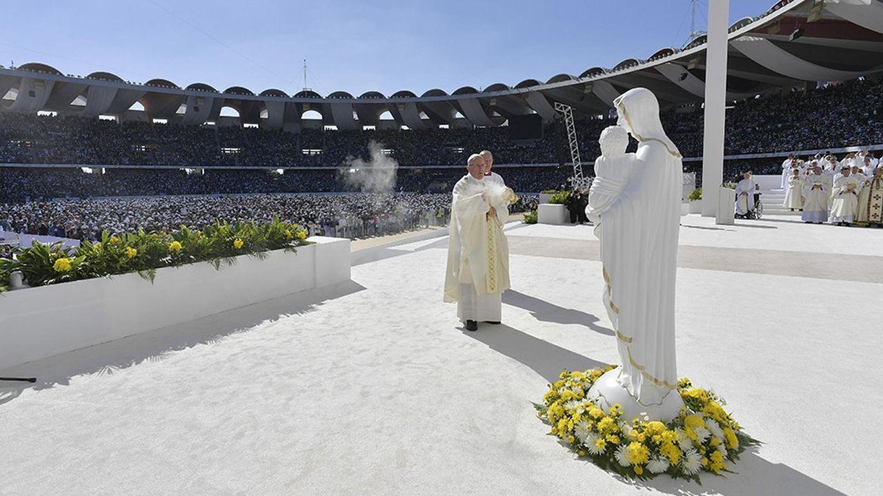Lors de son voyage «historique» aux Emirats arabes unis, le pape François a célébré une gigantesque messe dans le stade Zayed Sports City d'Abou Dhabi.