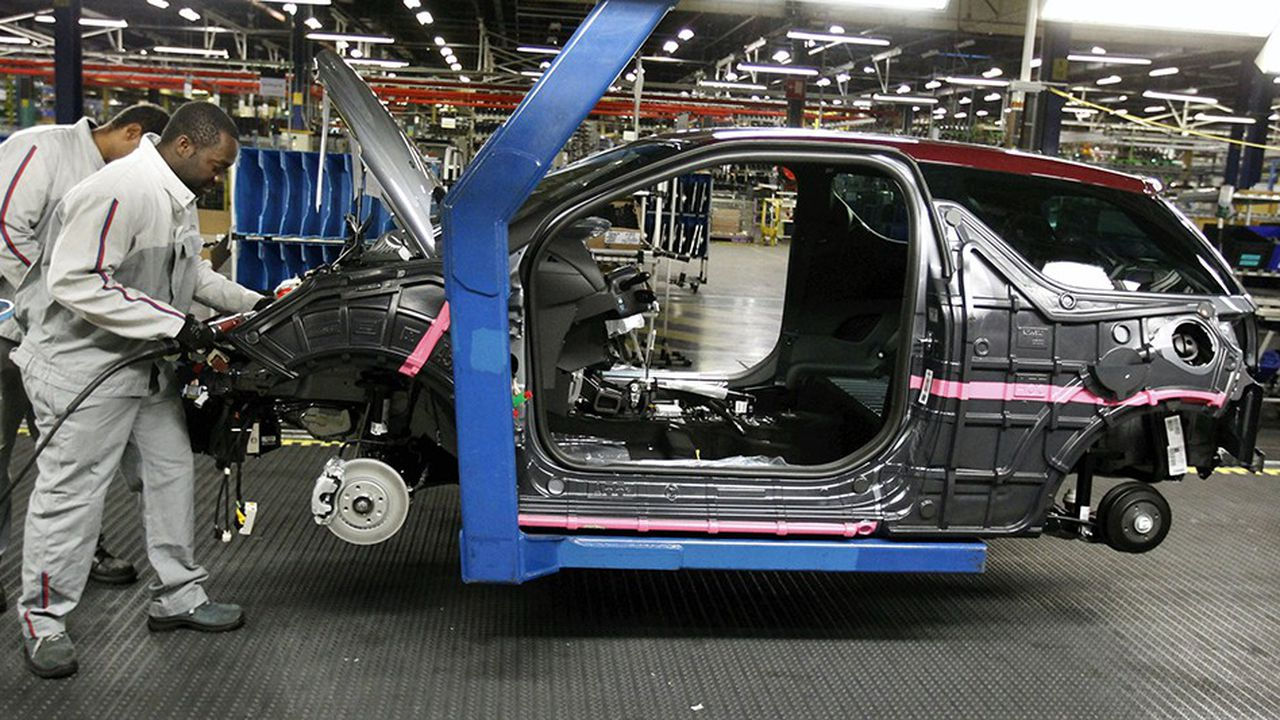 PSA continue de réduire ses effectifs, comme dans son usine de Poissy (Yvelines).