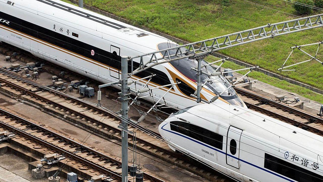 Les derniers modèles de trains «Fuxing» («Renaissance»), dont l'un mesure 415mètres, peuvent accueillir jusqu'à 1.200passagers et monter à 350kilomètres/heure.