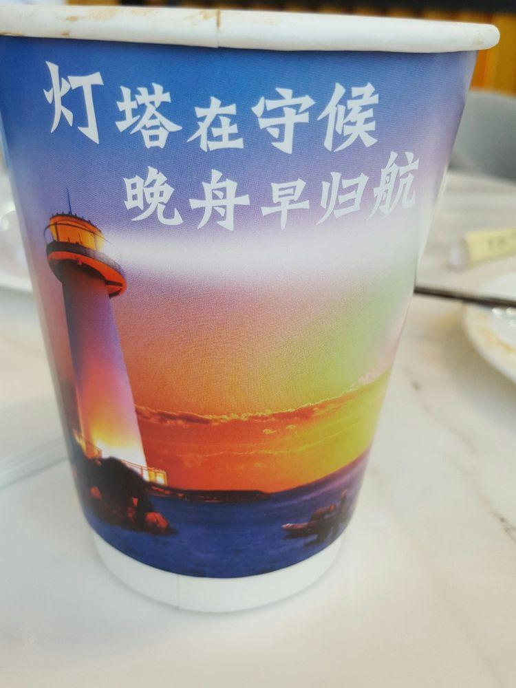 Dans les nombreuses cafétérias du site, le café est servi dans des gobelets où est inscrit le phare qui « guette le retour rapide de Meng Wanzhou »